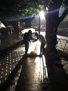 【バカッター】SEALDsが路上にゴミをポイ捨て → 自分たちでゴミ拾いする姿を「真の英雄」と自画自賛してネット民大爆笑wwwww