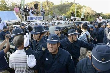 沖縄ヘリパッド反対派の韓国籍の男逮捕 → 沖縄2紙「報道しない自由発動!」