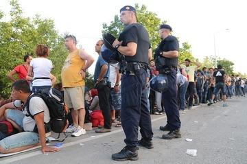 【欧州】難民殺到で大混乱…国境を閉鎖しての押し付け合いに発展
