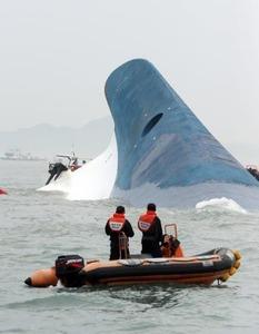 「セウォル号事故の真相解明しろ!」 座り込み抗議した遺族4人を警察が連行 → 遺族側が反発して機動隊と衝突…韓国