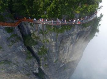 中国の天門山!もはやホラー…。恐怖と絶景を同時に楽しめる橋 (1)