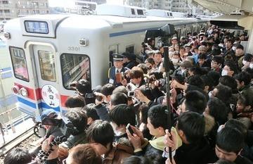 【撮り鉄】京成電鉄「3300形」引退イベントに鉄オタ殺到! 怒号が飛び合い、転倒者も出るなど危険な状態に