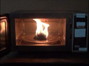 20代女性「電子レンジでジャガイモを40分加熱したら火災になりかけた。説明書もきちんと読んでいたのに…」