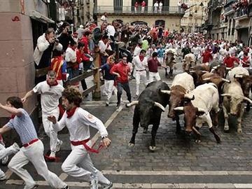 スペインの牛追い祭り、動物虐待と批判されて玉追い祭りに変更