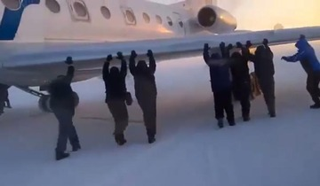 【ロシア】低温で滑走路に張り付いた航空機、乗客に押してもらってやっと離陸