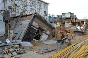 【中国】議員「地下5階の地下室をつくるアル」 → 大規模陥没を引き起こして逃亡wwwww