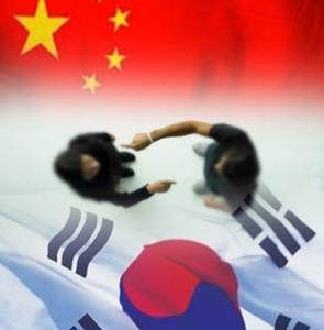 """韓国人「中国で本物のプラダを見たことないニダw」 中国人「私もソウルで本物の""""顔""""を見たことないけど?」"""
