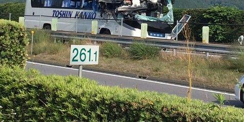 【ドラレコあり】愛知県新城市の東名高速道路・新城PAで、乗用車が中央部輪帯を飛び越え、観光バスにスカイアクティブする事故発生! こんなん、避けれねぇよ…