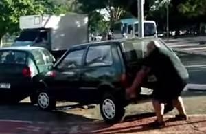 【動画あり】通りすがりのおじさん「誰だよ!サイクリング用の通路上に塞ぐかのように車を停めたやつは!どかすわ!」と自力で違法駐車された車をどかすwwwwww