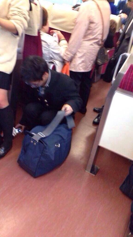 電車で女子高生のパンツを盗撮する男子高校生