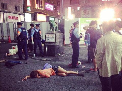 新宿コマ劇場前で女子大生が集団昏倒する異常事態が発生