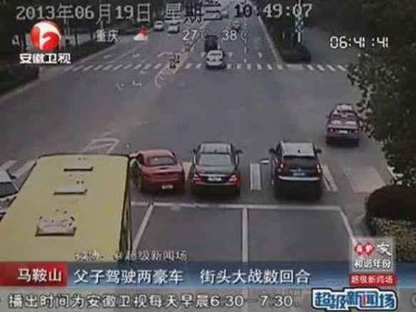 【中国】交差点で父親の黒いメルセデス、息子の赤いBMWに体当たり…原因は親子喧嘩