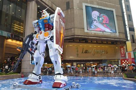 【中国】香港で高さ約6メートルのガンダム模型展示 「シャア専用ザク」も
