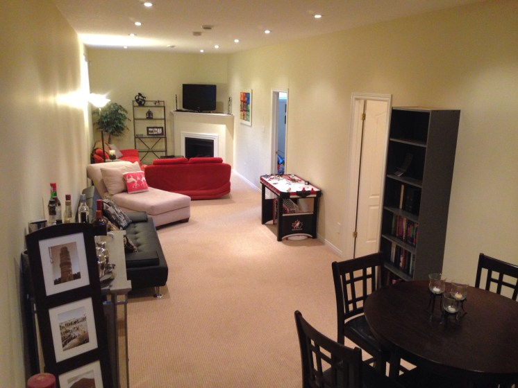 Large family room w high ceilngs