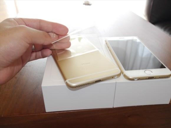 【iPhone6】と【iPhone6 plus】がやってきた。-保護シールを外す-@livett_1
