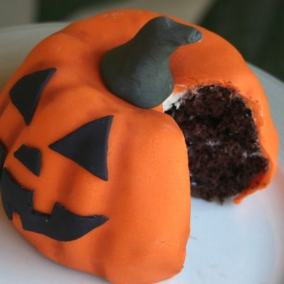 How to make an easy pumpkin cake for Halloween