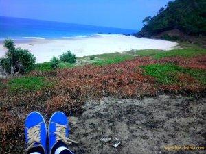 santai sejenak sambil melepas lelah dan menatap laut biru yang begitu tenang