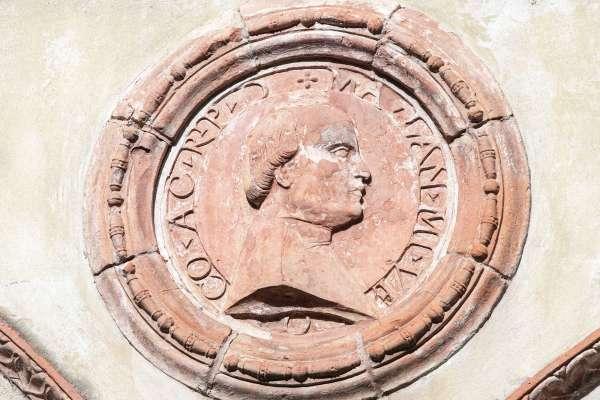 Castello di Rivalta - medaglioni in terracotta del cortile