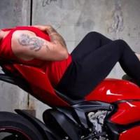 ¿Y si hombres reemplazaran a las mujeres en la publicidad de motocicletas?