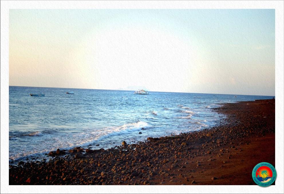 Blick auf Apo Island und Liquid Boote
