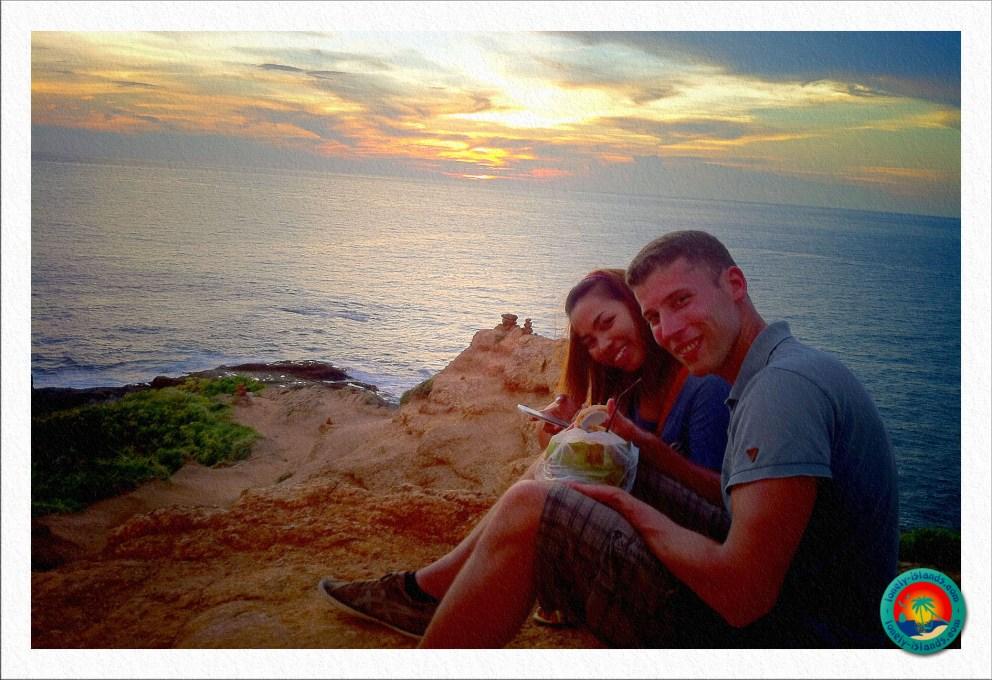 Kokosnuss beim Sonnenuntergang genießen