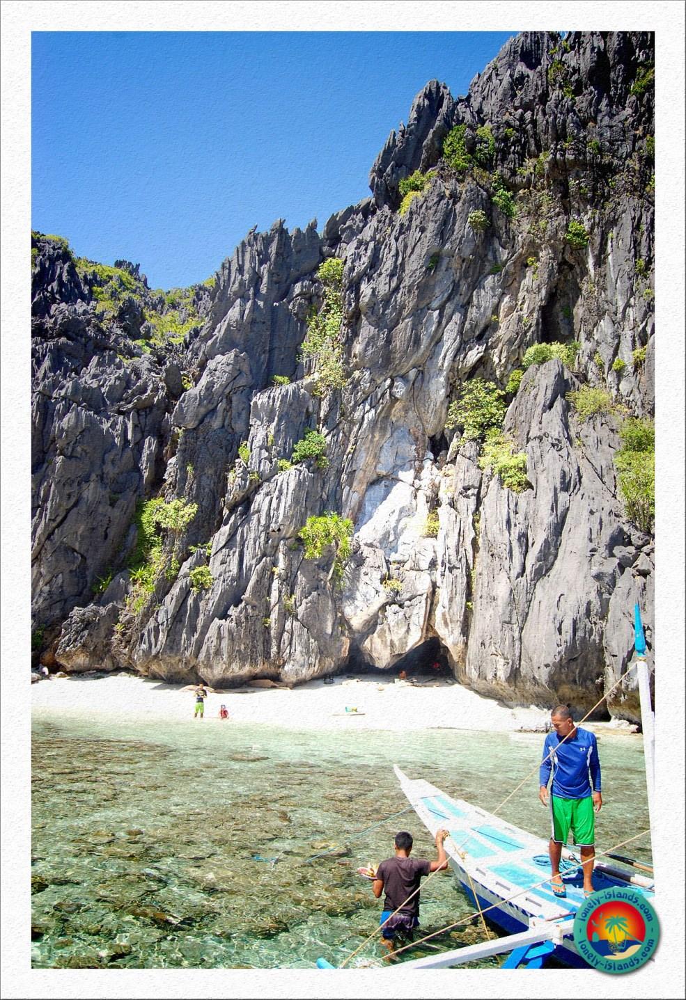 Kleiner Strand mit typischer Felsformation