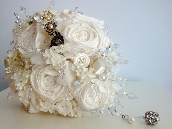 Vintage jewellery wedding bouquets : Crystal brooch jewellery heirloom wedding bouquets ?