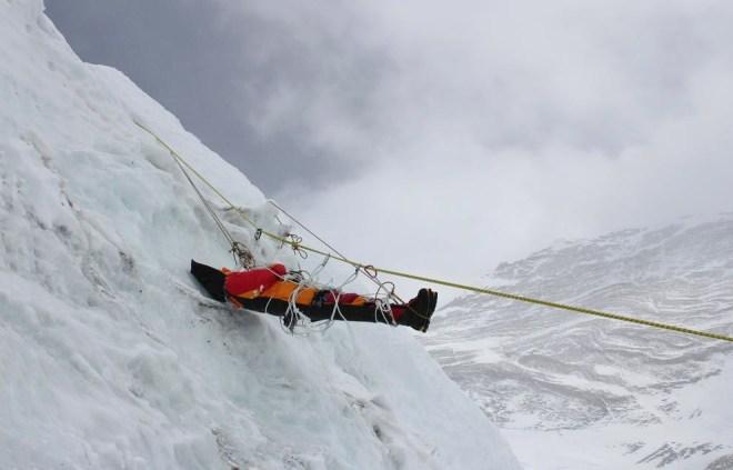 Спускают тело погибшего альпиниста