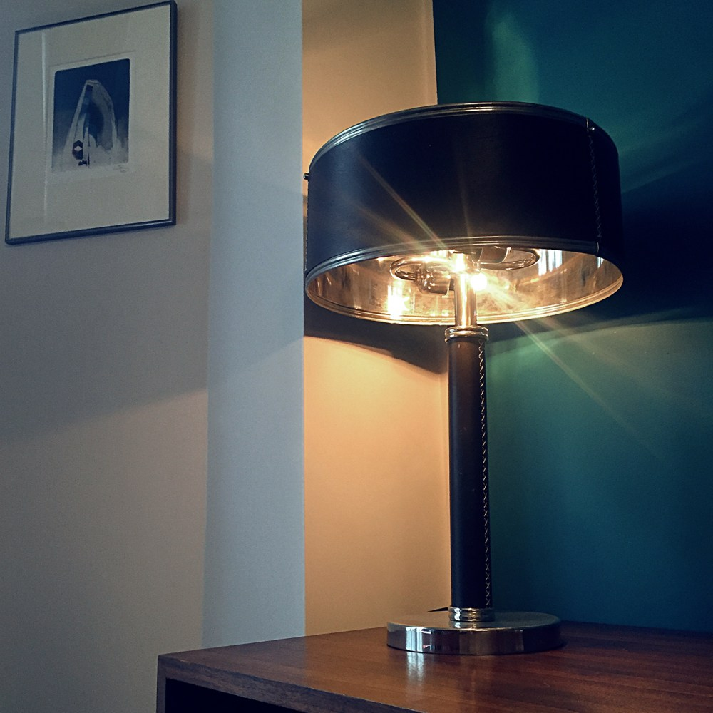 lampe cuir et metal dans le gout de jacques admet ou lampe kali. Abat jour métallique et cuir