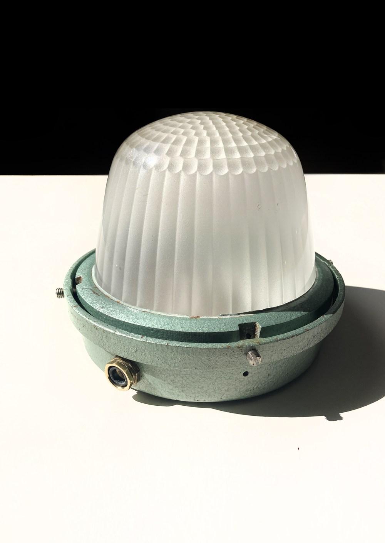holophane CE200. Plafonnier industriel vintage chez ltgmood.com galerie de luminaires vintage à Paris