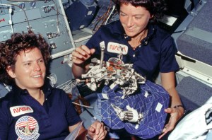 Kathryn Sullivan e Sally Ride (à direita), em 10.06.10984.