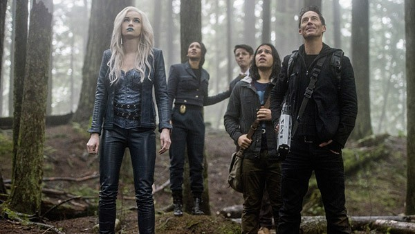 the flash escape from earth 2 review - team flash, killer frost, iris, wells, cisco