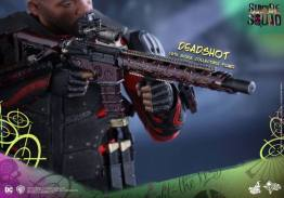 Hot Toys Suicide Squad Deadshot figure -rifle closeup