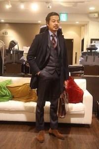 黒のチェスターコート×黒のビジネススーツ