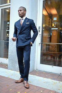 ネイビーのスーツ×ピンクのネクタイ