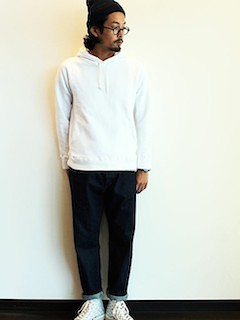 白パーカー×ニット帽×デニム