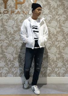 白パーカー×ニット帽×ボーダーシャツ
