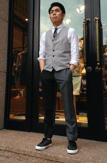 淡いグレーのスーツベスト×濃グレーのスラックス×黒のスニーカー