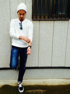 白のニット・セーター×デニ×黒のスニーカー