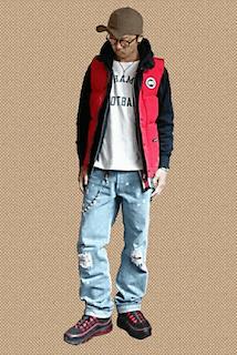 赤のダウンベスト×白のロゴTシャツ×黒のパーカー×ダメージデニム×黒のスニーカー