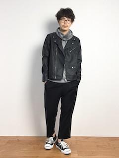 黒のライダースジャケット×ブルーシャツ×デニム×茶色ブーツ