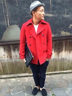 赤のPコート×白のニット×デニム×黒のモカシン