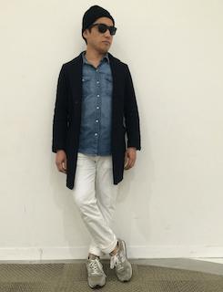 ネイビーのチェスターコート×デニムシャツ×白のパンツ×グレーのスニーカー