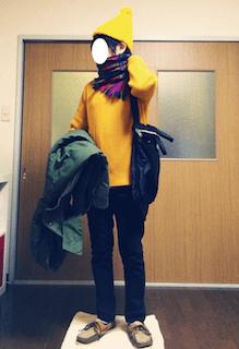 チェックのマフラー×黄色のカットソー×黒のパンツ