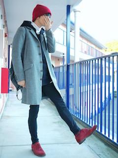グレーのチェスターコート×白のタートルカットソー×黒のパーカーの黒のパンツ×赤のブーツ×赤のニット帽