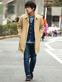ベージュのスプリングコート×デニムシャツ×青のカーディガン×デニム×黒のブーツ