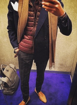 インナーダウン×ネイビーのジャケット×ベージュのマフラー×グレーのパンツ×革靴