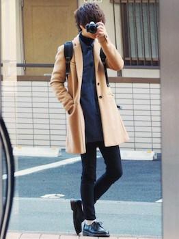 タートルネック×デニムシャツ×ベージュのチェスターコート×黒色のパンツ