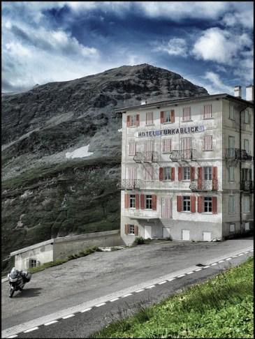 Jeudi 2 août 2012. Col de la Furka, devant l'hôtel Furka Blick. On aperçoit Captain Jack en bas à gauche.