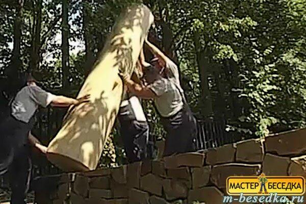 ustanovka-stolbov-iz-kedra-dla-besedki-iz-brevna-svoimi-rukami